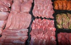 Kött på marknad i Sofia, Bulgarien, på Februari, 15, 2017 Arkivfoto