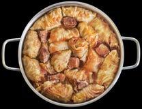 Kött Rolls som för välfylld kål lagas mat i tomatsås med den rökte grisköttHam Chunks In Stainless Steel Sås-krukan som isoleras  royaltyfri fotografi