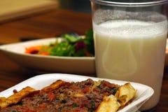 Kött skära i tärningar drickbar yoghurt och sallad för pittabröd på träbakgrundsslut upp sikt arkivbilder