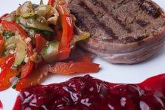 Kött som grillas med sås på vit bakgrund Royaltyfri Bild