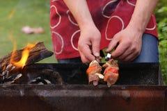 Kött som grillas på brandsteknålarna (shashlik) Royaltyfria Foton