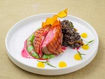 Kött som lagas mat på gallret royaltyfria foton