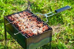 Kött som lagas mat på gallret Arkivfoton