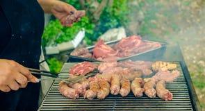 Kött som lagas mat på grillfesten Arkivfoto