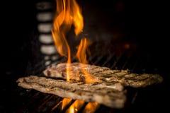 Kött som lagas mat till branden Royaltyfri Bild