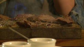 Kött stekas på en sten stock video