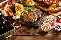 Kött tjänade som med franska småfiskar, havre och glass Arkivfoton