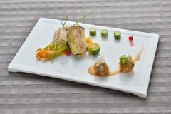 Köttboll med grönsaklimefruktcucucmber på den vita plattan i asiat arkivbild