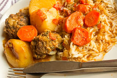 Köttbollar, morötter, ris och sås Arkivfoto