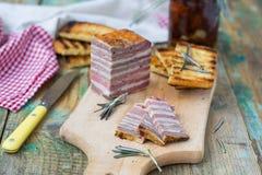 Köttbröd med sol-torkade tomater och krutonger Arkivfoton