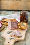Köttbröd med sol-torkade tomater och krutonger Arkivbilder