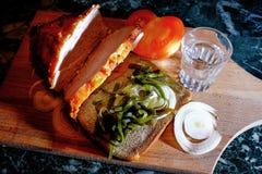 Köttbröd per exponeringsglas av vodka Royaltyfri Bild
