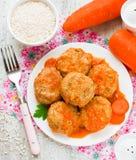 Köttbullar ångade från diet-kött med morötter och ris Arkivfoto