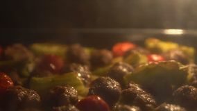 Köttbullar i ugnen stock video