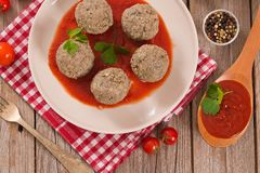 Köttbullar med tomatsås arkivfoton