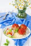 Köttbullar med tomatsås, grönsaker och en sidomaträtt av couscous Arkivbild
