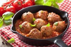 Köttbullar med tomatsås i svart panna Royaltyfri Foto