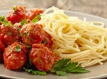 Köttbullar med tomatsås och spagetti Arkivfoto