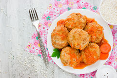 Köttbullar oavbrutet tjata kött med ris- och morotsås Arkivfoton