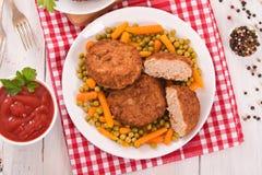 Köttbullar på den vita maträtten Arkivfoto