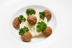 Köttbullar som ångas med kokta ris Fotografering för Bildbyråer