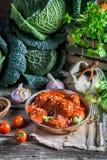 Köttbullar som göras från nya ingredienser Fotografering för Bildbyråer