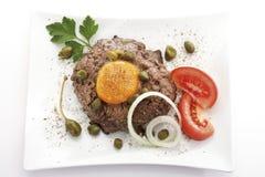 Köttbulle med den ägglöken och tomaten på plattan arkivfoto