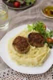 Köttbullekotletter med mosad potatisar och sallad Royaltyfri Foto