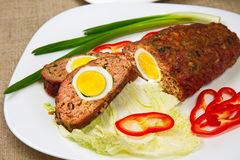 Köttfärslimpa med ägget Arkivfoton