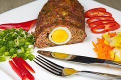 Köttfärslimpa med ägget Arkivbild