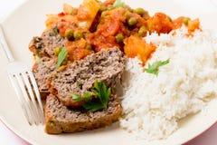 Köttfärslimpamål med ris och gaffeln Arkivfoto