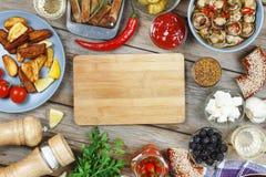 Köttgrillfest på den äta middag tabellen, med Dijon senap och peppar för varm chili Amerikansk bagel, vin Begrepp: picknick utomh royaltyfri foto