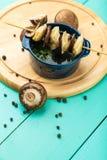 Köttklimpar - ryss kokade pelmeni i platta Royaltyfri Foto