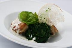 Köttkotletter med lagade mat spenat med vit sås royaltyfria bilder