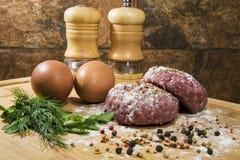 Köttkotletter som är förberedda för att laga mat Royaltyfri Fotografi