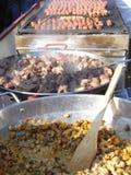 Köttmat lagade mat utomhus-, på den traditionella matmässan Royaltyfria Foton