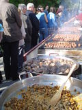 Köttmat lagade mat utomhus-, på den traditionella matmässan Royaltyfri Fotografi