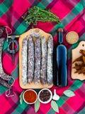 Köttmeny på en härlig bakgrund Korv vin, kryddor royaltyfri bild