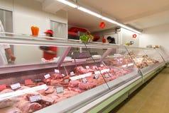 Köttprodukter i livsmedelsbutik arkivfoton