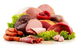 Köttprodukter inklusive skinka och korvar på vit Arkivbilder