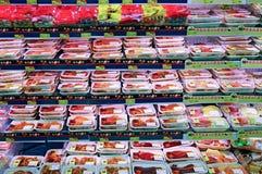 Köttprodukter på supermarket Royaltyfri Foto