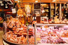 Köttprodukter som är till salu i Santa Catarina Market Of Barcelona City Fotografering för Bildbyråer