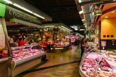 Köttprodukter som är till salu i Santa Catarina Market Of Barcelona City Arkivbild