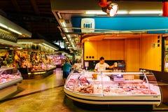 Köttprodukter som är till salu i Santa Catarina Market Of Barcelona City Royaltyfri Foto
