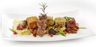 Kötträtt variationskuber av biff, grillat, panerat som smaksättas Arkivfoto