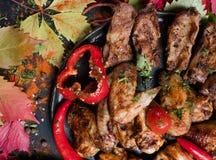 Kötträtter som äter för mycket läckra frossare royaltyfria foton