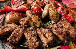Kötträtter som äter för mycket läckra frossare arkivfoton