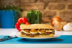 Köttsmörgås med söt lök- och getost Royaltyfri Foto