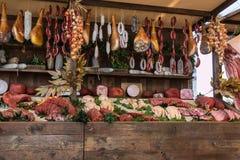 Köttsortiment och korvar i slaktaren Shop på träbräde arkivbild