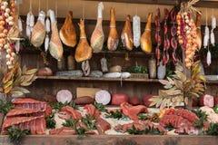 Köttsortiment och korvar i slaktaren Shop på träbräde fotografering för bildbyråer